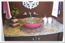 茶基調の洗面所とピンクのシンク_[0].jpg
